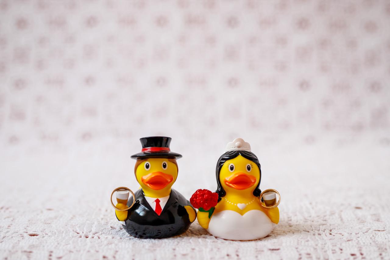 las alianzas de los novios con unos patos de goma vestidos de novios en una boda en laguardia