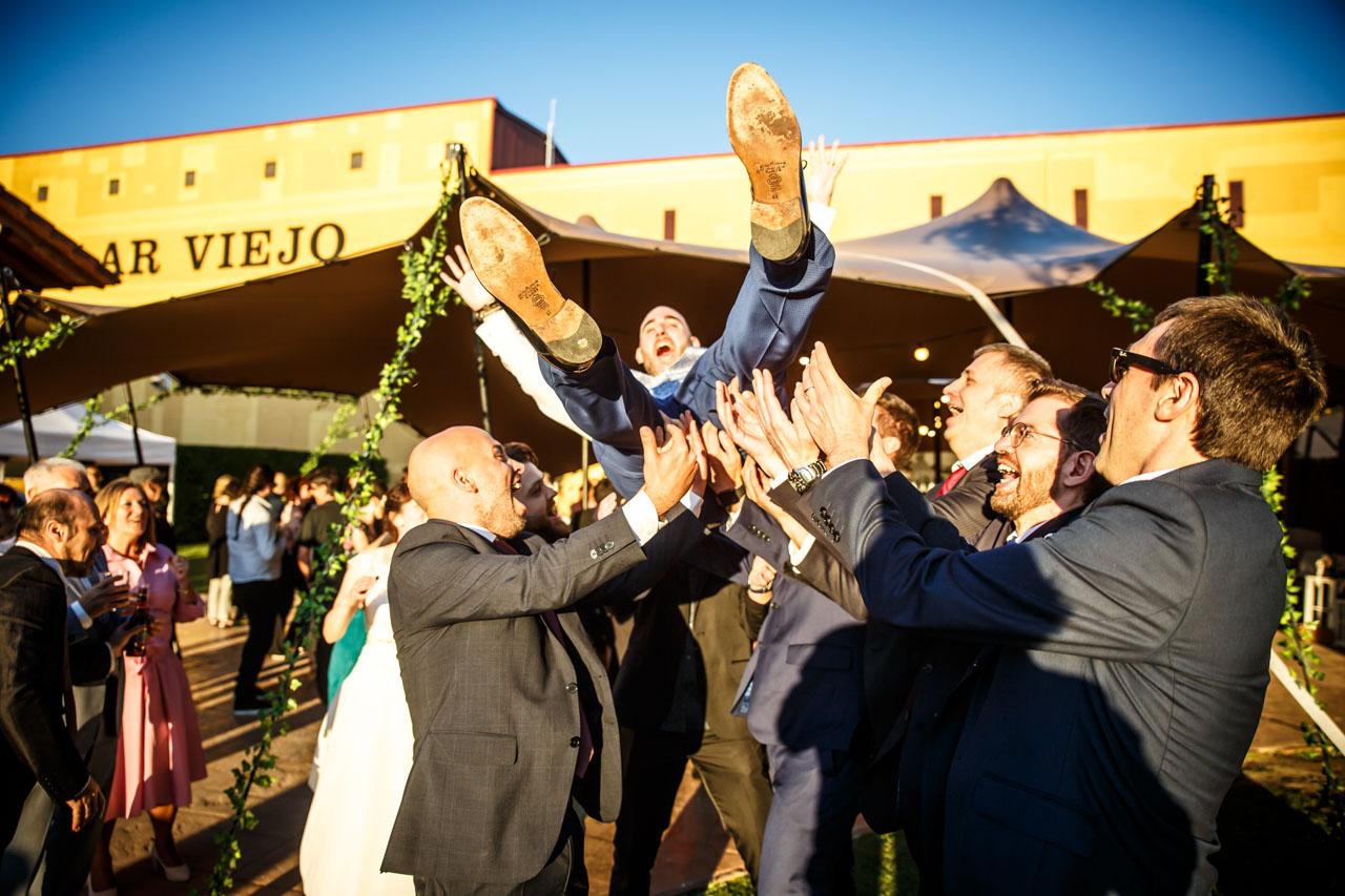 los amigos mantean al novio en una boda en laguardia
