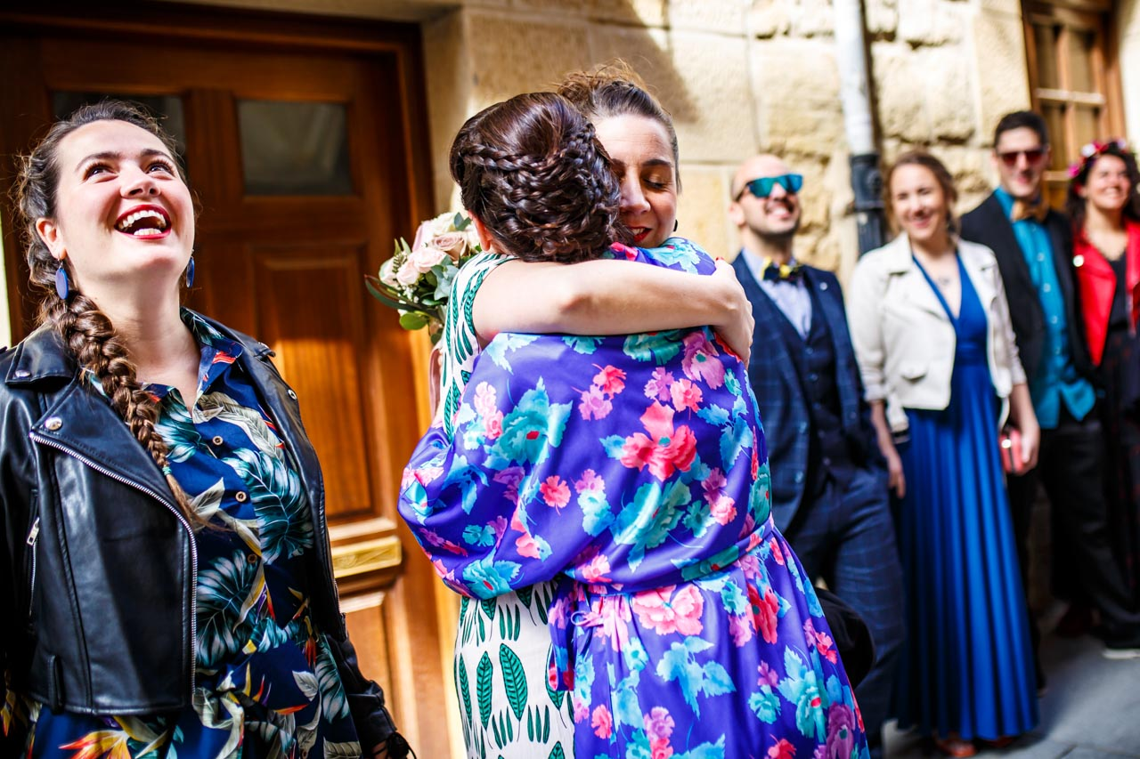 la novia saluda a sus amigos en una boda en laguardia