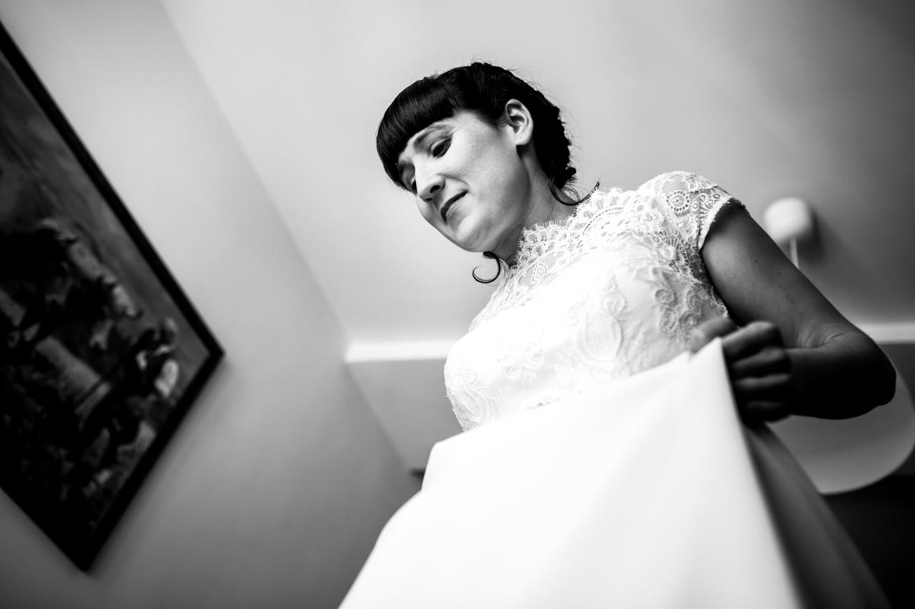 la novia se coloca bien el vestido en una boda en laguardia