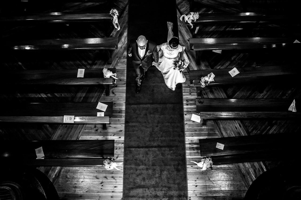 los novios salen de la iglesia en una boda en laguardia