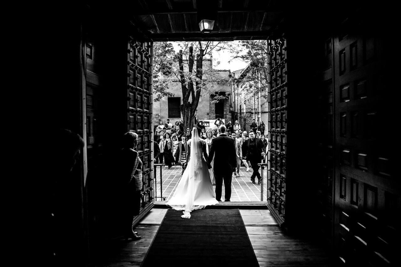 los novios observan como les bailan a la salida de la iglesia en una boda en laguardia