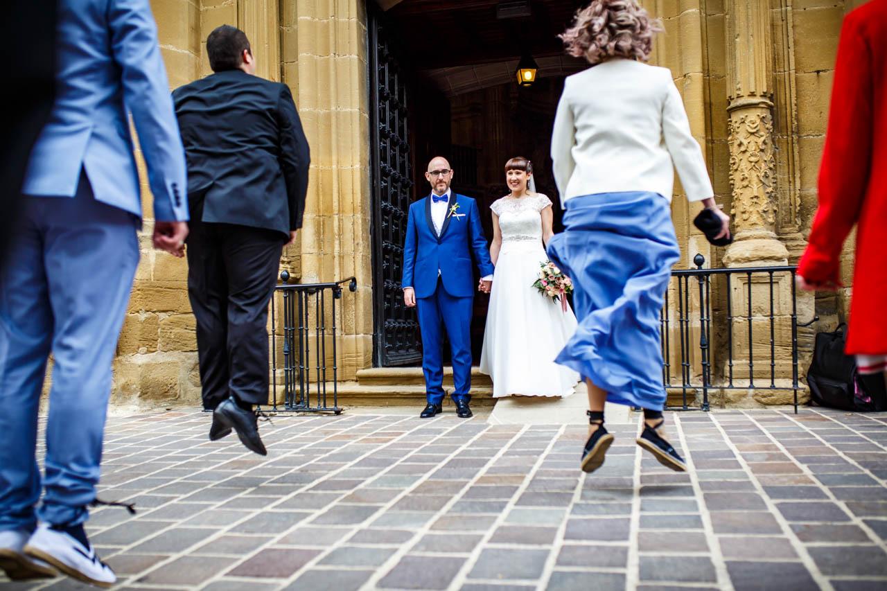 los amigos bailan a los novios a la salida de la iglesia en una boda en laguardia