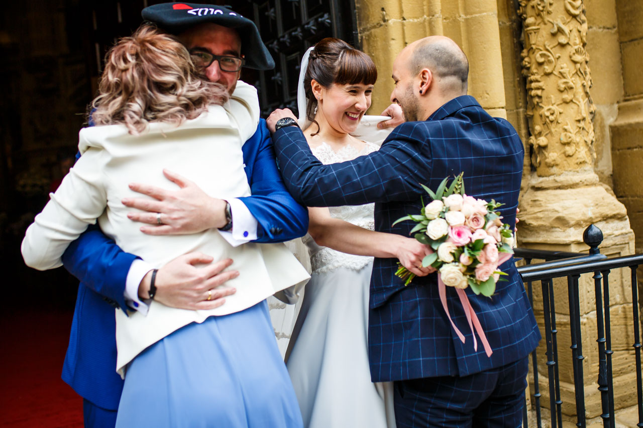 los novios abrazan a los novios tras recibir un detalle en una boda en laguardia