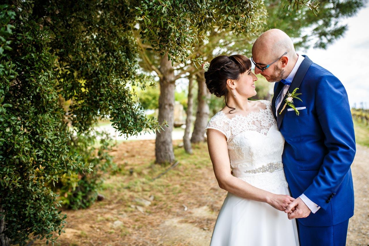 los novios se miran durante el reportaje en una boda en laguardia