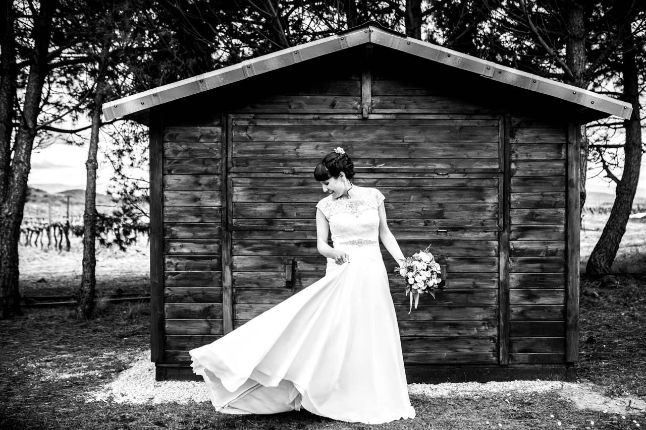 la novia se coloca la falda durante el reportaje en una boda en laguardia