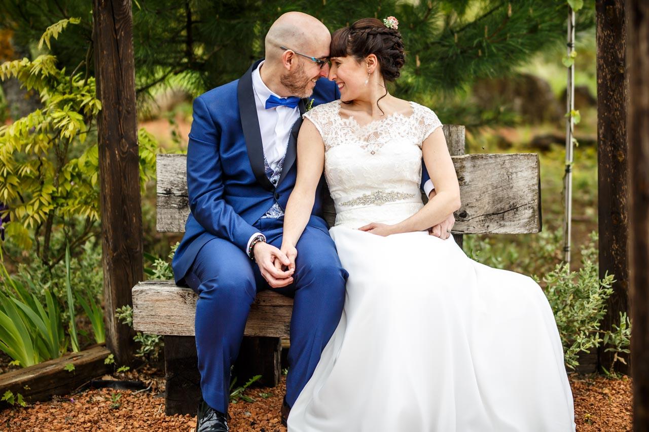 los novios sentados en un quiosco en una boda en laguardia
