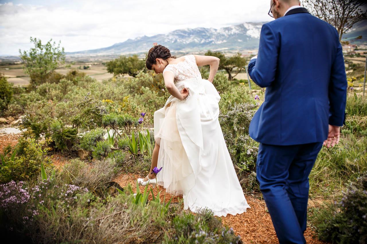 los novios caminando por un jardín en una boda en laguardia