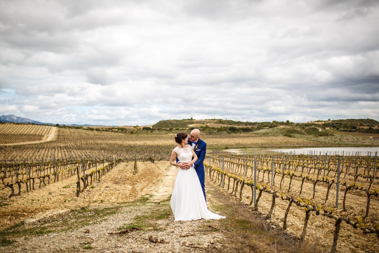 los novios cruzan miradas en una de las lagunas entre viñedos en una boda en laguardia
