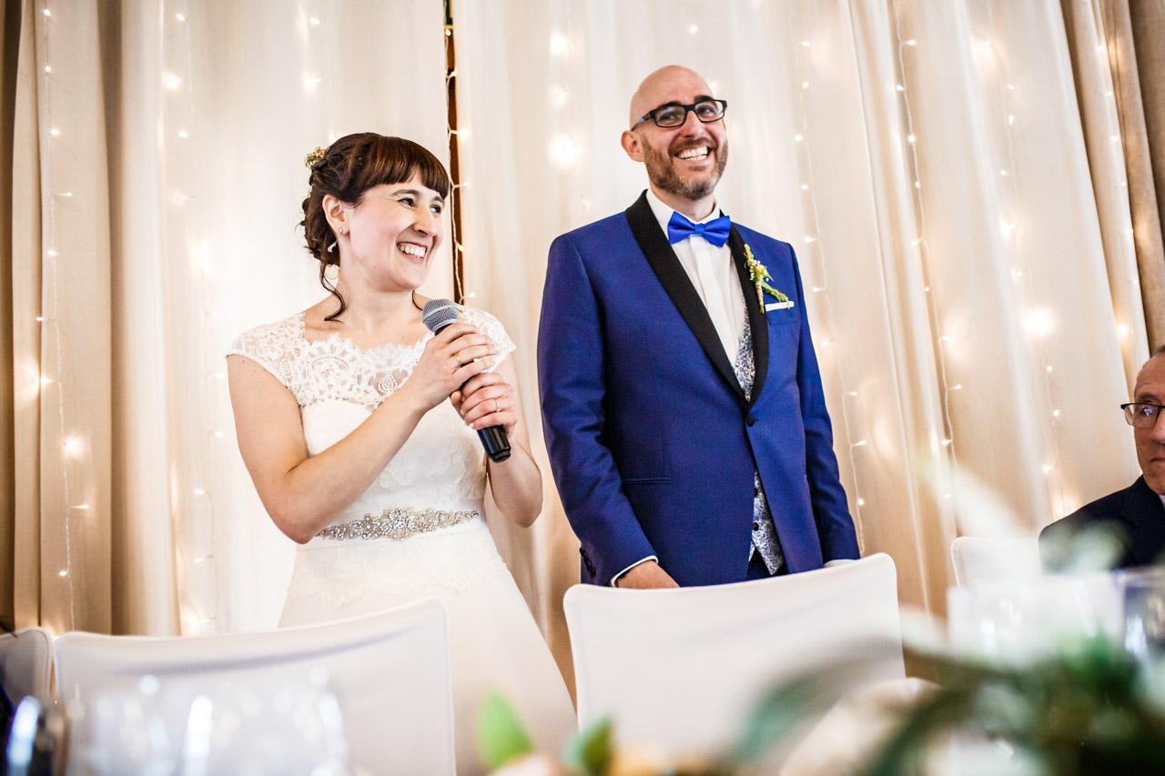 los novios agradeciendo a los invitados su asistencia al comienzo del banquete en una boda en laguardia