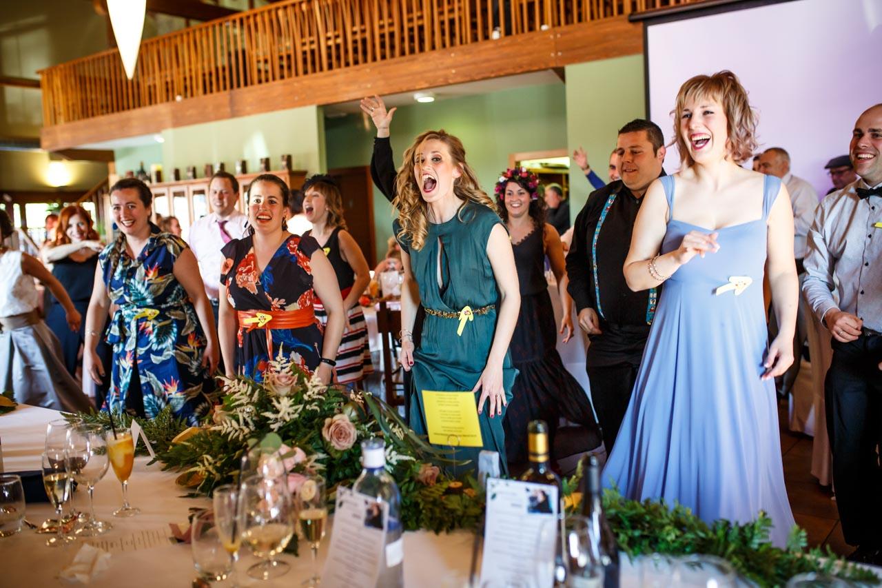 los amigos bailan una coreografía en una boda en laguardia