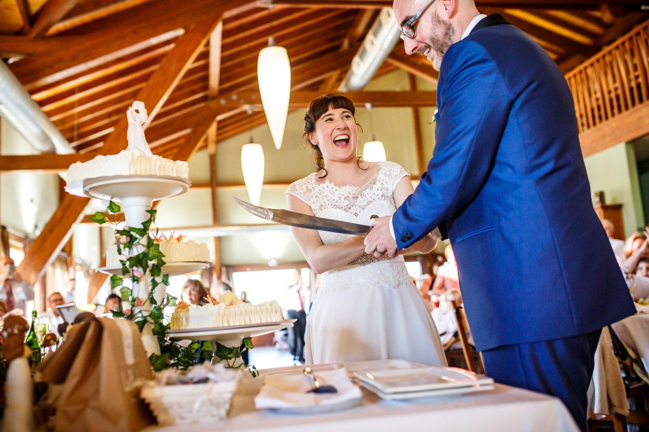 los novios cortando la tarta en una boda en laguardia