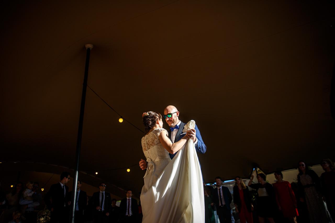 los novios bailando un vals en una boda en laguardia