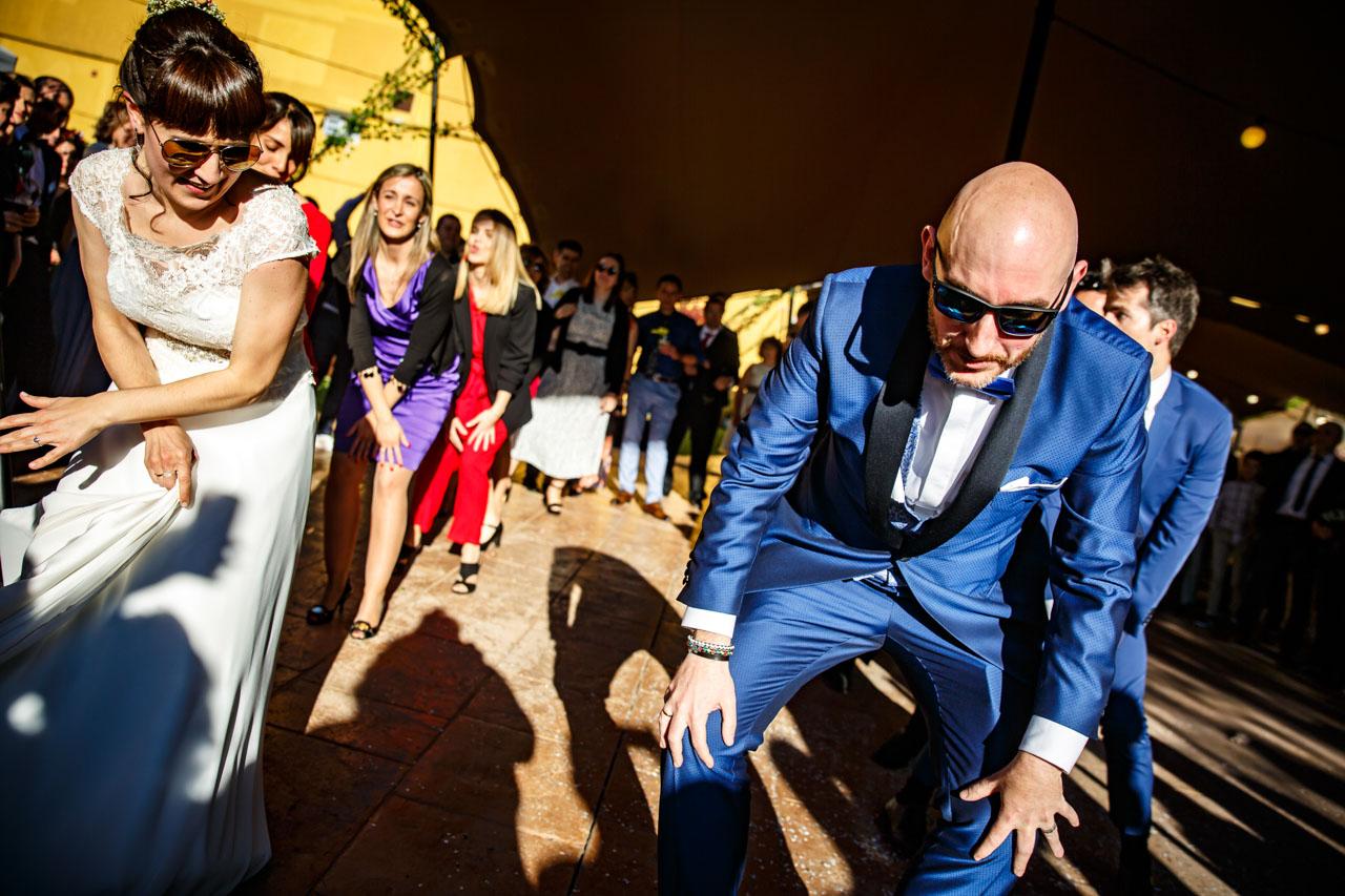 los novios durante el baile con los amigos por detrás en una boda en laguardia