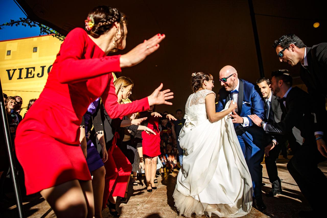 los novios bailando dentro de un corro en una boda en laguardia